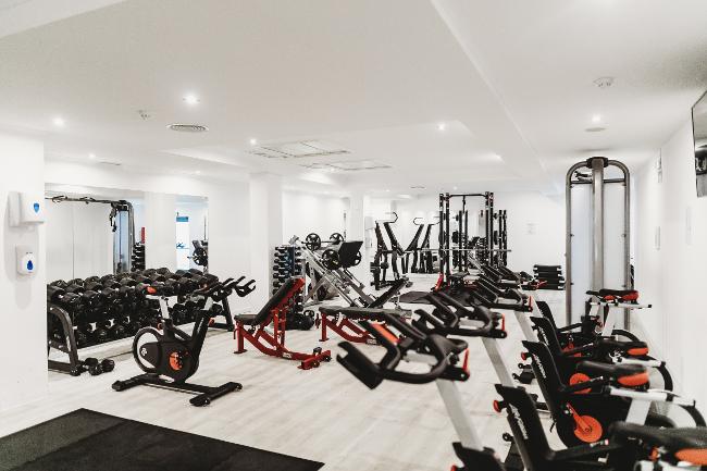 saubers Fitnessstudio mit Ergometern