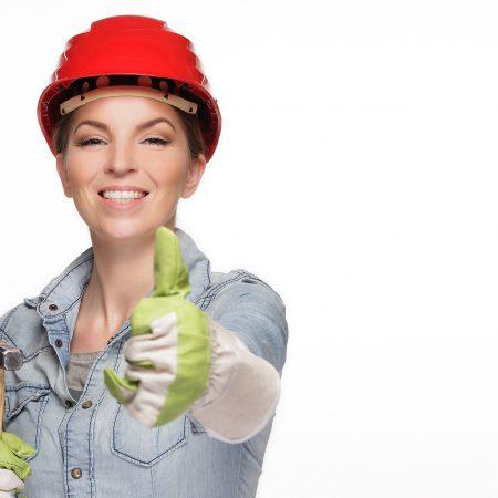 Bauarbeiterin mit einem positiven lächeln